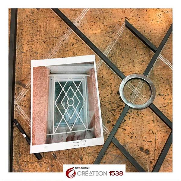 fabrication d'une grille de fenêtre en fer forgé