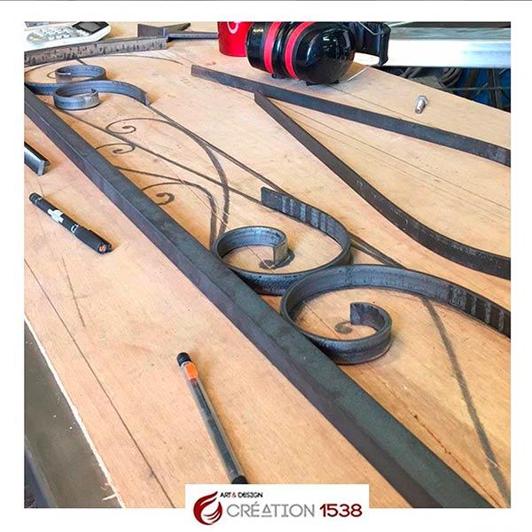 fabrication d'une grille de porte en fer forgé