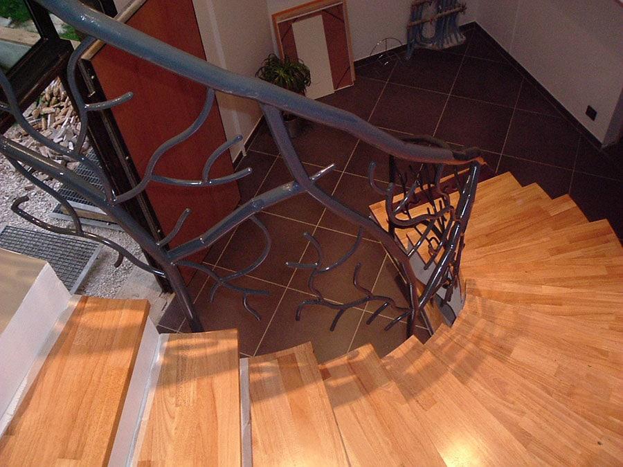 Escalier débillardé poutre centrale bois