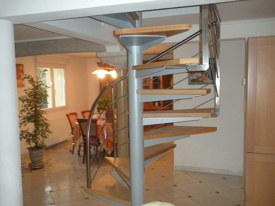 escalier hélicoïdal intérieur avec fût central