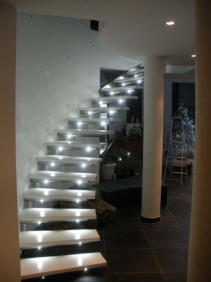 escaliers sur mesure à marches autoportées et balisage lumineux