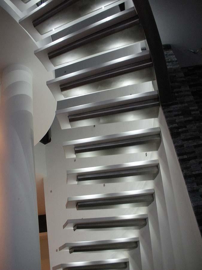 escaliers à marches autoportées et balisage lumineux