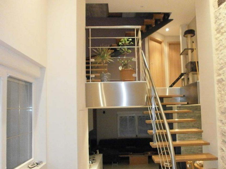 escalier à poutre centrale avec trémis inox brossé