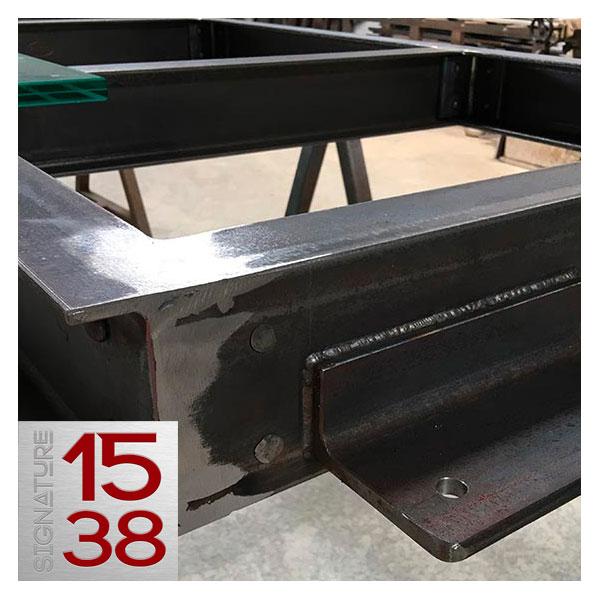 Détail de fixation de la structure métallique d'un plancher en verre