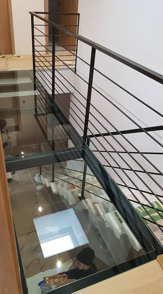 plateforme verre escalier fer