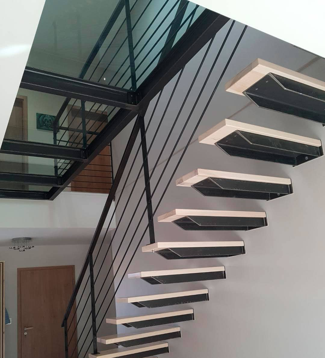 Escalier fer bois autoportant, garde corps acier et plancher en verre